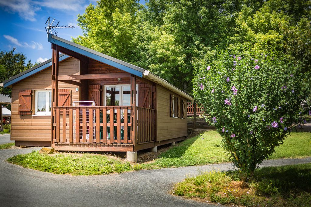 photo camping tarn avec chalets confortables