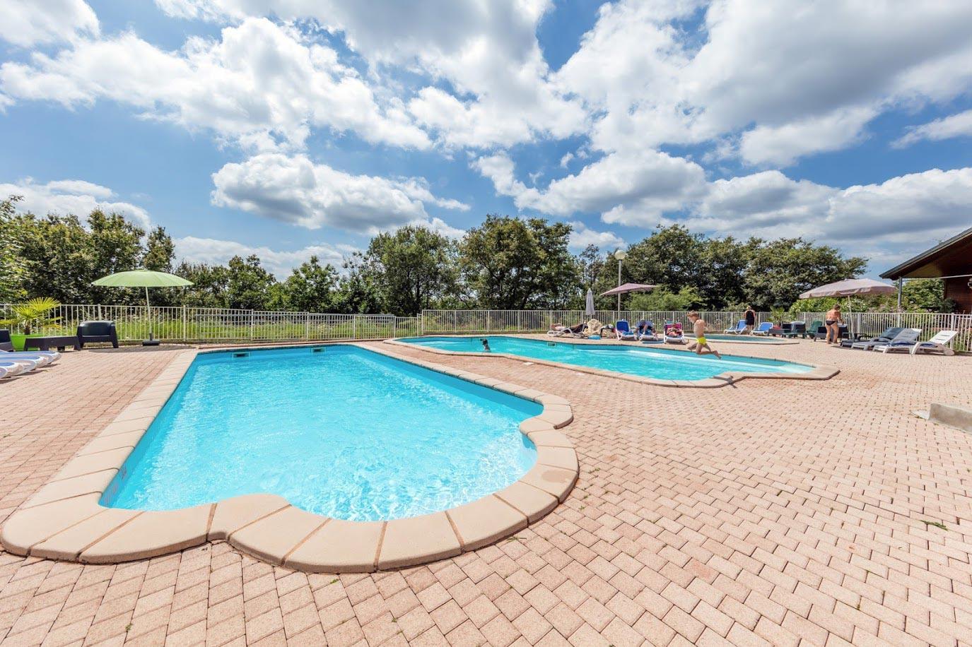 Camping avec piscines et espace aquatique tarn for Camping arcachon avec piscine